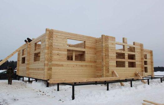 Houten huis in aanbouw